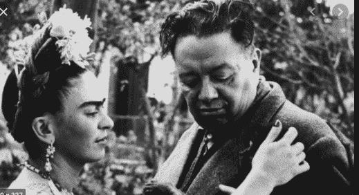 Une exposition de photos de Frida Kahlo dans une galerie à Paris